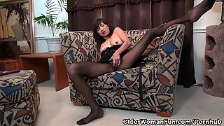 American milf Sahara takes care of her lady bits