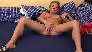 Real mature mom with thirsty booty and vagina