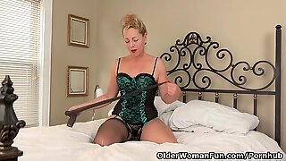 USA gilf Justine gives her furry vulva a treat