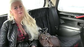 Amateur blonde screwed in the backseat
