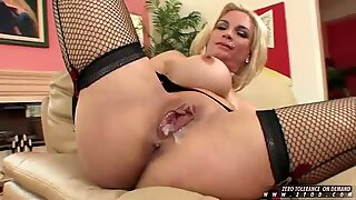 Hottie Diamond Foxxx enjoys to spurt thick cum on her blonde pussy