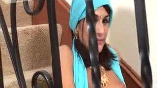 Лепа индијска девојка абхиласха пуши јаку бијелу патку