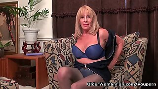 American gilf Phoenix Skye fucks herself with a dildo
