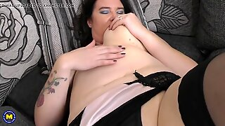 brit busty mature mother DeeDee with hungry honeypot
