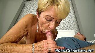 Стара жена се ограбва