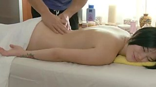 Hawt girl enjoys relaxing massage and meaty cock in her twat