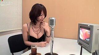 Cô gái tóc nâu nhỏ nhắn, người yêu mario fujii lấp ló mông trong chiếc quần đùi màu đỏ