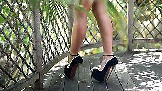 Julie Skyhigh kiusaa hänen äärimmäisen seksikäs korkeat korot sileä ja bikinit